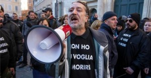 Davide Vannoni in one of his public appearances together with other supporters of his method. The t-shirt says: I don't want to die. Image source: : Il fatto quotidiano